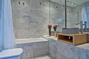 A bathroom at Apartment Barcelona Rentals - Gracia Pool Apartments Center