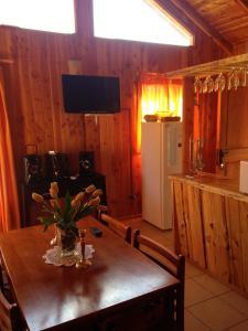 El salón o zona de bar de Cabañas donde la Tita Pucon