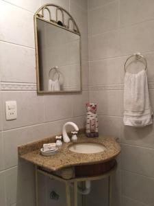 A bathroom at Apartamento Aconchegante Em Torres