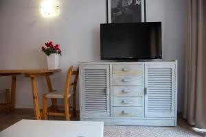 A television and/or entertainment center at Apartamentos Ripoll Ibiza