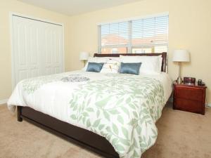 Tempat tidur dalam kamar di Majesty Palm Townhome 8952