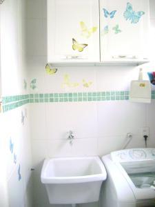 A bathroom at Apartamento mobilhado na quadra da Praia - Jardim Camburi