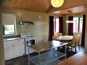 Virtuve vai virtuves aprīkojums naktsmītnē Cedar Chalets