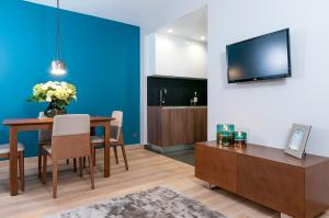 A television and/or entertainment center at Aparthotel Residence Agenda