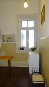 A kitchen or kitchenette at Apartment on Gogolya Street 16