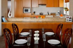 A restaurant or other place to eat at Marriott Executive Apartments Dubai Creek