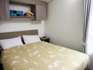 A bed or beds in a room at Holiday Home Greenacres.1