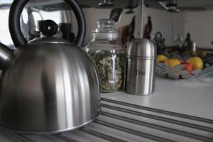 Příslušenství pro přípravu čaje a kávy v ubytování Apartmán Relax