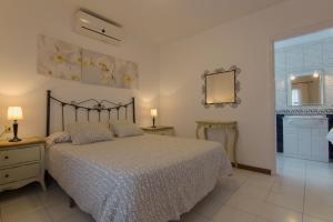 Een bed of bedden in een kamer bij Villa Corona