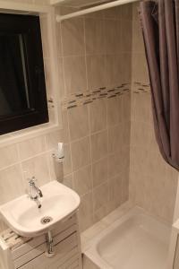 A bathroom at Fair Trade Apartment