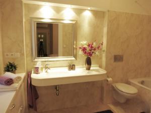 Ένα μπάνιο στο Theatre Apartment