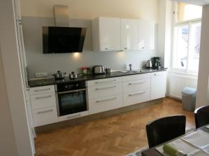 A kitchen or kitchenette at Theatre Apartment