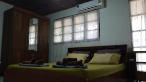 A bed or beds in a room at Corner House