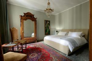 เตียงในห้องที่ Joseph Apartments