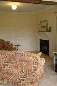 A bed or beds in a room at Buttons Cottage