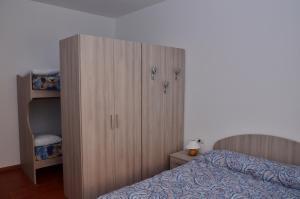 Lova arba lovos apgyvendinimo įstaigoje Casa di Leo
