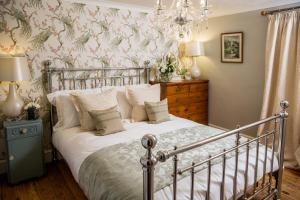 A bed or beds in a room at No61 Winchcombe (Cotswolds)