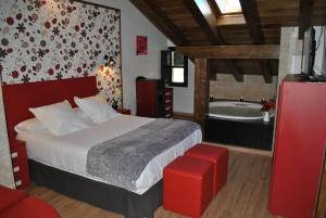 A bed or beds in a room at Apartamentos Spa Casco Historico de Isla