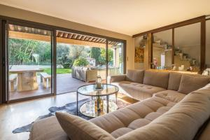 A seating area at Villa Super Cannes with Heated Pool