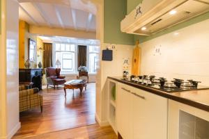 A kitchen or kitchenette at The Heritage