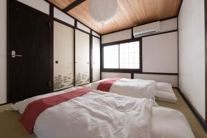 A bed or beds in a room at Kyotoya Tsuki no Yu Bettei