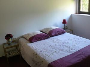 A bed or beds in a room at Quinta da Pedra