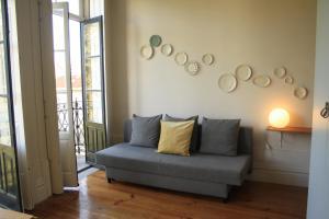 A seating area at City Center Garden Apartment - Duplex