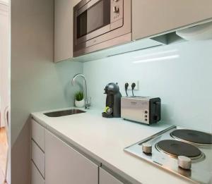 A kitchen or kitchenette at City Center Garden Apartment - Duplex