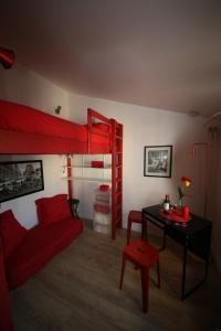 A bunk bed or bunk beds in a room at Le rouge et le noir à Opera