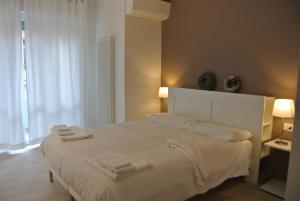 A bed or beds in a room at Piano B Apartment