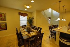 A restaurant or other place to eat at Disney Villa 6Bd/5Ba for 13 sleeps pool/spa