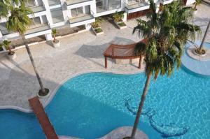 Вид на бассейн в Aqua Apartment или окрестностях
