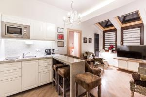 A kitchen or kitchenette at Parkside Apartments Old Town