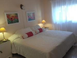Una cama o camas en una habitación de Las Acacias De Santa Rosa