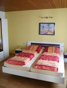 Ein Bett oder Betten in einem Zimmer der Unterkunft Ferienwohnung Neuber