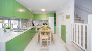 A kitchen or kitchenette at Oceanview Townhouse 210