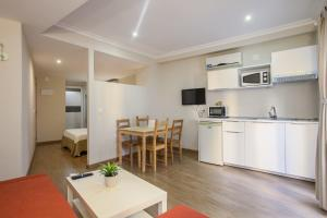 A kitchen or kitchenette at HOB Apartments