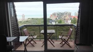 Ein Balkon oder eine Terrasse in der Unterkunft Appartement voor 6 personen in Koksijde met zeezicht