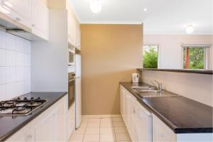A kitchen or kitchenette at Hawthorn Gardens Serviced Apartments