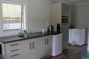 A kitchen or kitchenette at Foehn Cottage