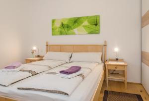 Ein Bett oder Betten in einem Zimmer der Unterkunft Ferienwohnung Lechner