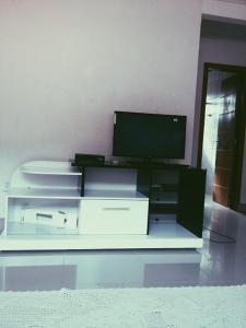 Una televisión o centro de entretenimiento en Casa Cachoeira do Bom Jesus
