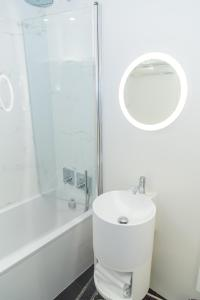 A bathroom at Montparnasse Studio Deluxe