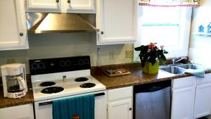 A kitchen or kitchenette at Hals Hideaway Upstairs Unit