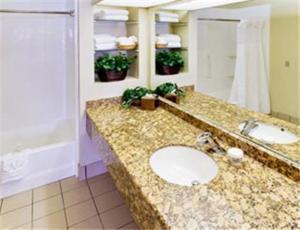 Hawthorn Suites by Wyndham Kent, WA 욕실
