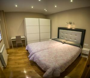 A bed or beds in a room at Apartamento Gure Ganbara