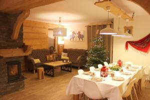 Restauracja lub miejsce do jedzenia w obiekcie Willa Misiowa Chata