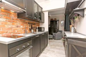 A kitchen or kitchenette at Quality Apartments - Apartament Comfort Old Town