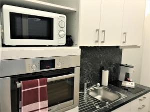 A kitchen or kitchenette at INSIDE FIVE City Apartments