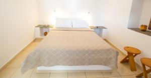 Ένα ή περισσότερα κρεβάτια σε δωμάτιο στο Lazarou Beach Apartments